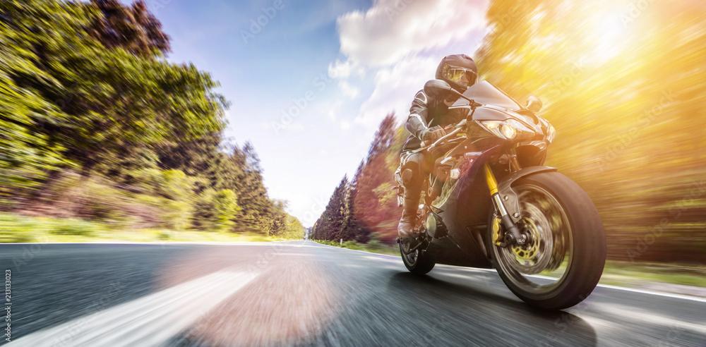 motocykl na drodze. bawiąc się jeżdżąc pustą drogą podczas wycieczki / podróży motocyklem <span>plik: #213133023 | autor: AA+W</span>