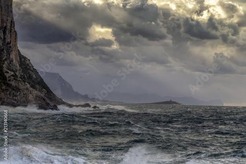 In de dag Noord Europa sizilianische Küste im Winter mit starkem Wellengang