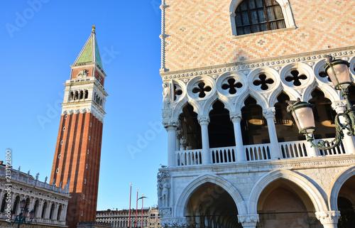 Plakat Ducal pałac i dzwonkowy wierza przy piazza San Marco w Wenecja w Włochy