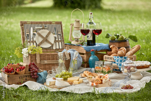 Keuken foto achterwand Picknick Gourmet picnic lunch for two in a lush green park