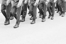 Soldaten Marschieren - Im Gleichschritt- Marsch - Schwarz Weiß - Krieg Und Frieden