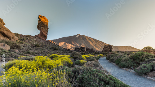Fotografia View of unique Roques de Garcia unique rock formation with famous Pico del Teide mountain volcano summit in the background on a sunny morning