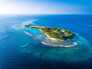 Widok z lotu ptaka na tropikalną wyspę na środku Oceanu Indyjskiego. Malediwy