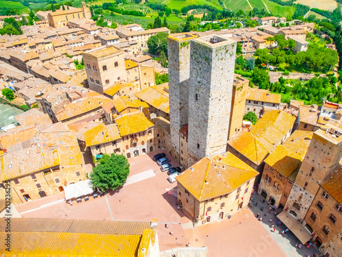Papiers peints Con. ancienne Aerial view of San Gimignano historical city centre with twin towers - Torri dei Salvucci, Tuscany, Italy.