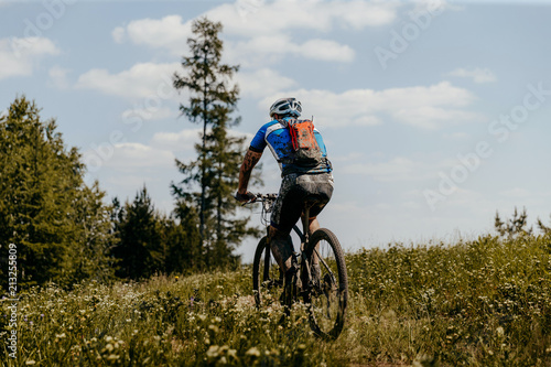 Foto op Aluminium Fietsen back dirty cyclist with backpack riding trail on bike
