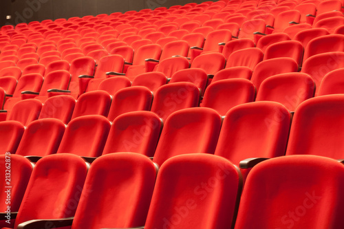 In de dag Theater empty red cinema or theatre seats