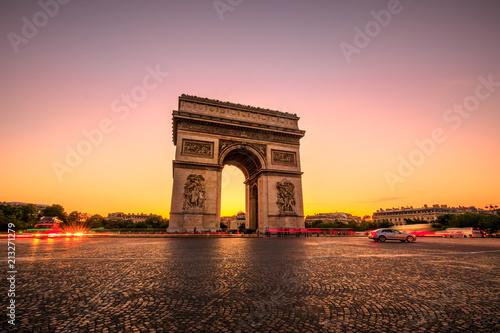 Valokuva Arch of triumph at twilight