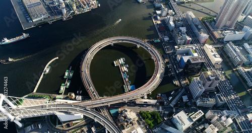 Plakat interchanger w Zatoce Tokijskiej w widoku z lotu ptaka