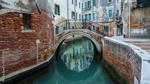 Obraz na płótnie Wrażenia z Wenecji - kanał i most zimą