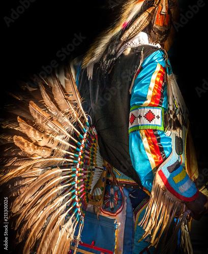 Fotografia Native American Indian. Close up of colorful dressed native man.