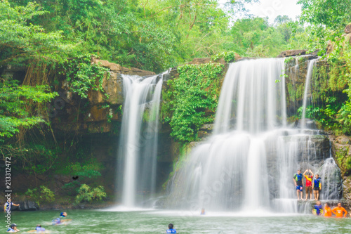 Montage in der Fensternische Wasserfalle Tropical deep forest Klong Chao waterfall in Koh Kood island