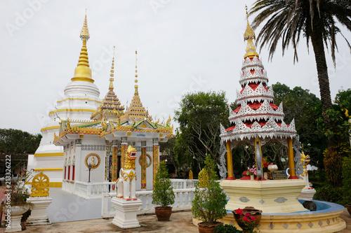 Spoed Foto op Canvas Bedehuis Beautiful White church of Wat Nantaram Temple at Phayao Province,Thailand