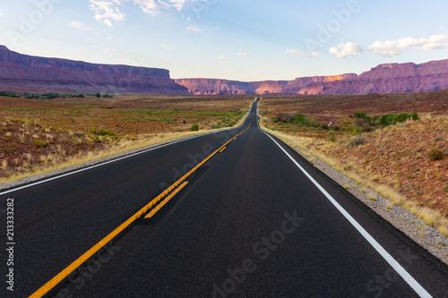 Spoed Foto op Canvas Verenigde Staten Road through the desert in Moab, Utah