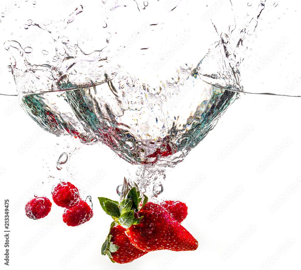 Fototapeta Fraises, fruits splash dans l'eau