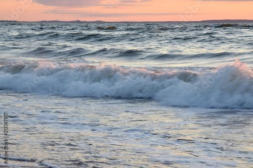 In de dag Water бушующие волны на море на заходе солнца