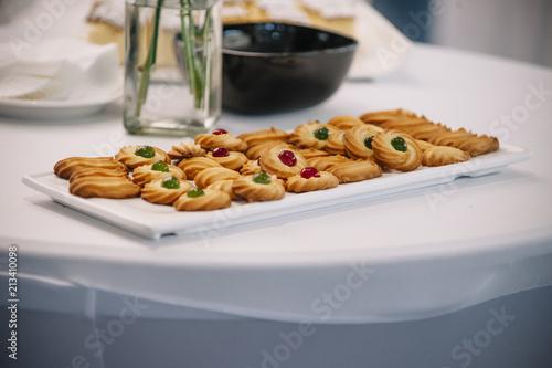 Fotografía  exposure of sweet cookies on white tray