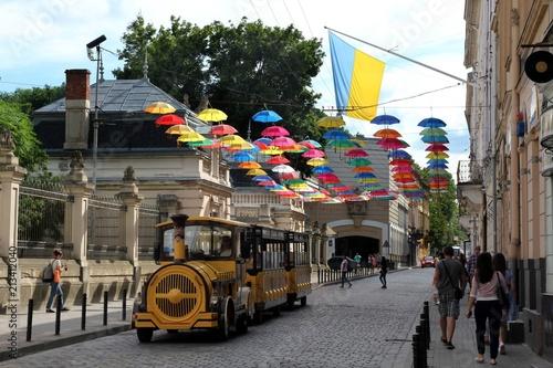 Türaufkleber London roten bus Colorful umbrellas in front of the entrance to the Potocki Palace, Lviv, Ukraine