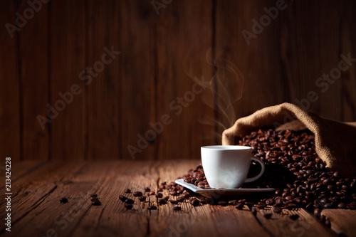 Wall Murals Cafe Espresso Kaffee Tasse mit Kaffeebohnen und altem rustikalen Holz Tisch Hintergrund