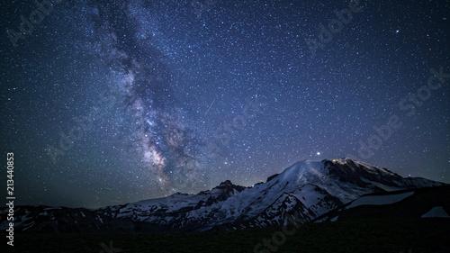 Fotografía Milky Way Over Mount Rainier