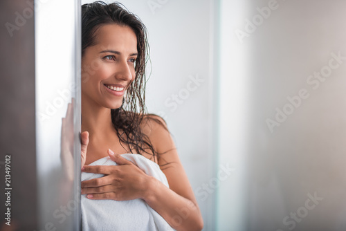 Fotografía  Portrait of satisfied woman with wet hair situating indoor after bath