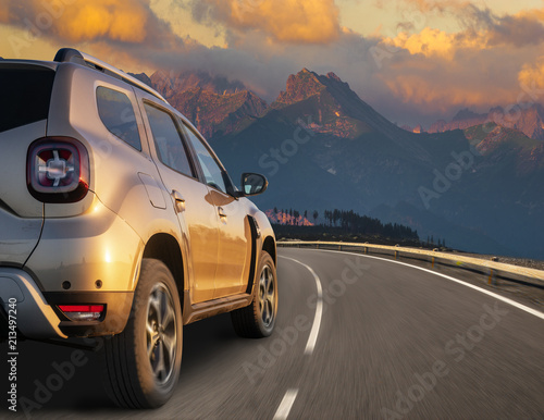 Photo  modern SUV on the bend of a mountain road