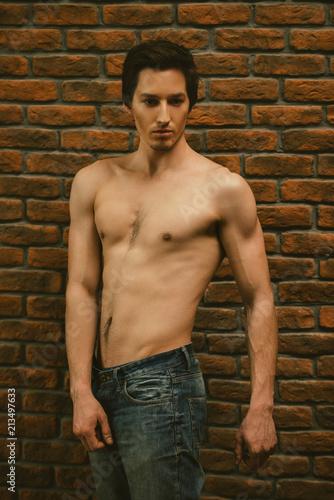 Foto op Aluminium Akt pose against brick wall