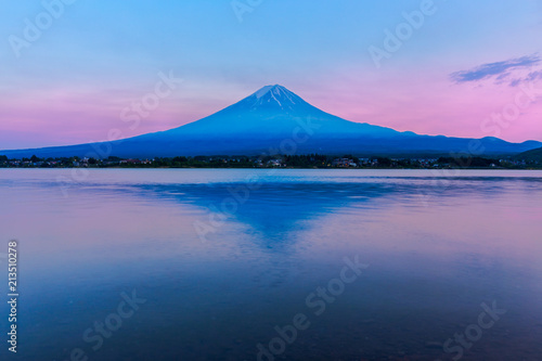 Tuinposter Nachtblauw View of Mount Fuji and reflection by Lake kawaguchiko during sunset in Yamanashi, Japan.