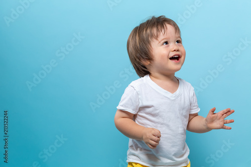 Photo Toddler boy smiling on a bright blue background
