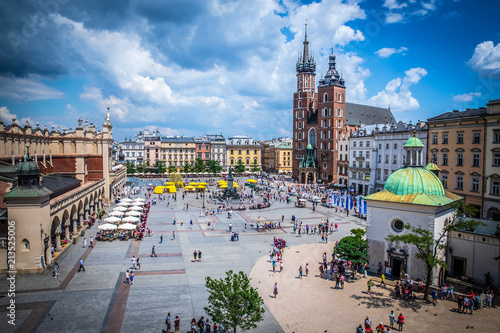 Fototapeta Cracow (Krakow) - Main Square (Rynek Glowny) with Marketplace (Sukiennice), Adam Mickiewicz Monument, church of Saint Mary (Kosciol Mariacki) and church of Saint Adalbert - window view obraz
