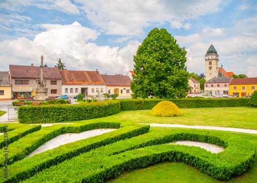Papiers peints Con. ancienne Town park greenery and church of Saint Lawrence in Dacice, Czech Republic.