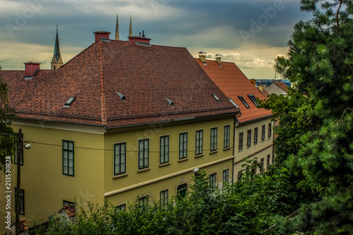 Photo  old medieval city roofs of many small buildings from above in evening time