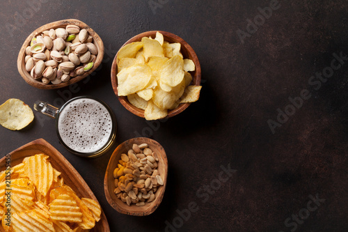 In de dag Bier / Cider Lager beer and snacks on stone table