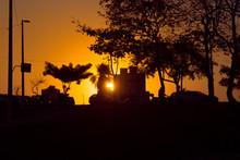 Em Meio Ao Caos Da Cidade, Um Belo Por Do Sol Se Vê A Diante.