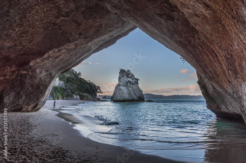 Foto op Canvas Cathedral Cove On the water edge