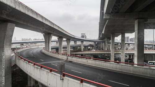 Fotografia Aerial view of highway and overpass in city on a cloudy day