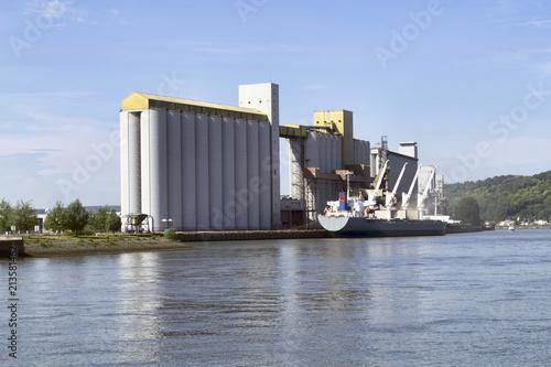 Foto op Plexiglas Poort Bateau céréalier dans le port de Rouen
