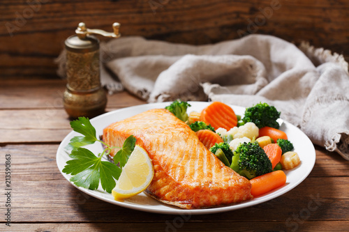 Photographie plate of baked salmon steak with vegetables