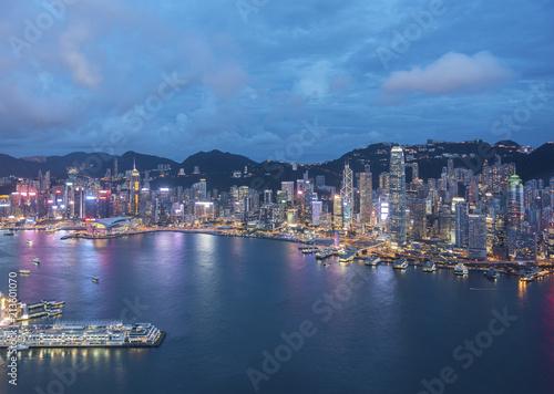 Photo  Aerial view of Victoria Harbor of Hong Kong City at dusk