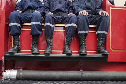 Fotografía jeunes pompiers sur un camion de collection