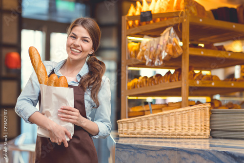 Papiers peints Boulangerie Smiling woman in the bakery