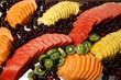 Frutta Fresca tagliata a fette presentata su un banco