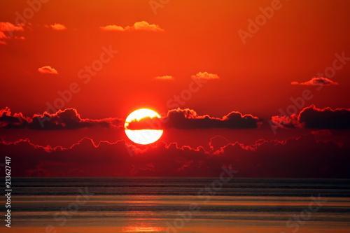 Foto  Рассвет и закат солнца в океане