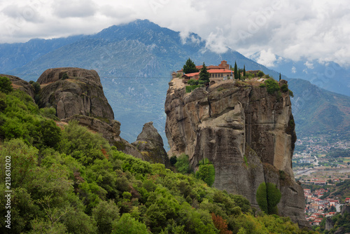 Papiers peints Con. ancienne Magnificent autumn landscape. Monastery Holy Trinity, Meteora, Greece. UNESCO world heritage Site. Epic landscape with temple at the edge of cliff at dramatic sky background.