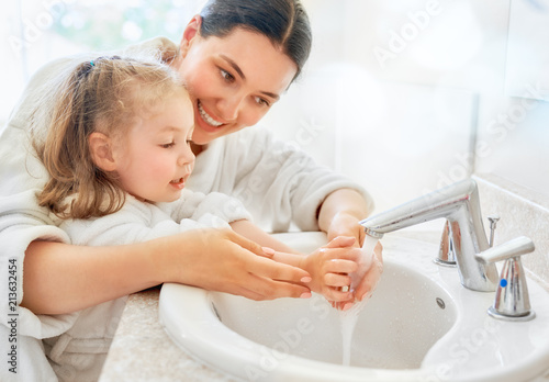Fotomural girl and her mother are washing hands