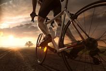 Mann Auf Rennrad Im Sonnenunte...