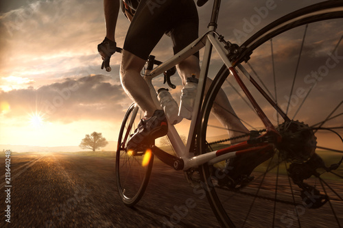 Poster de jardin Cyclisme Mann auf Rennrad im Sonnenuntergang