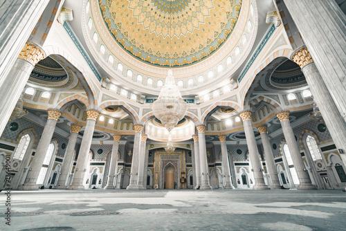 Fotografia Hazrat Sultan Mosque inside prayer room in Nursultan Astana capital of Kazakhsta