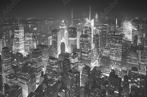 Montage in der Fensternische New York Black and white aerial picture of Manhattan, New York City, USA.