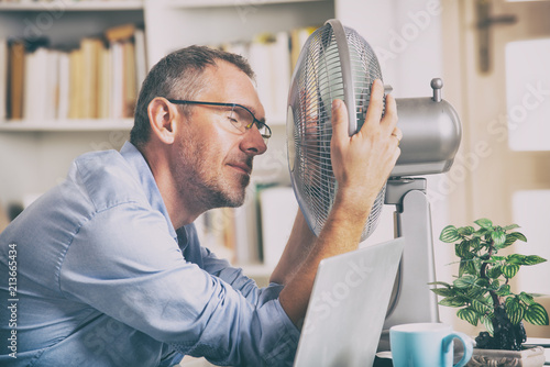 Canvastavla Man suffers from heat in the office or at home