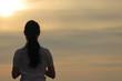 夕日を見つめる女性